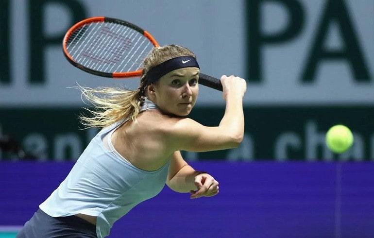 Теннисистка за игрой