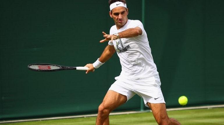 Теннисист ударяет по мячу