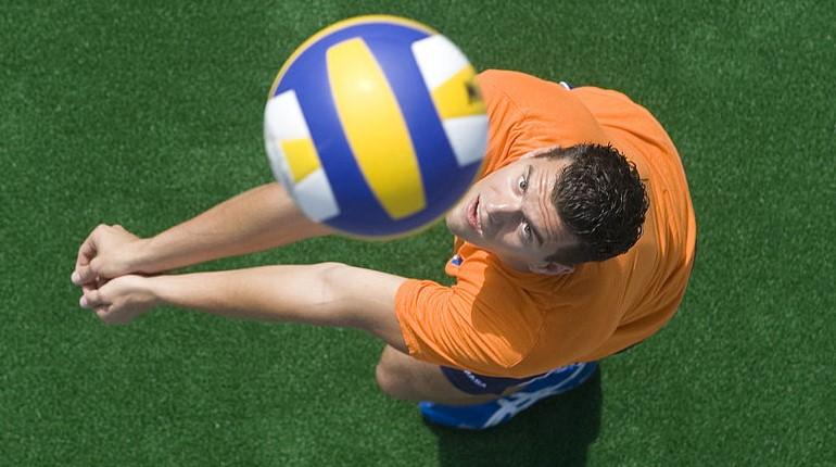 Удар по волейбольному мячу
