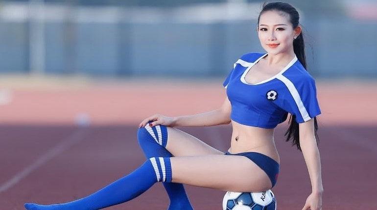 Азиатка футболистка