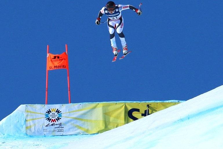 Лыжник на слаломе