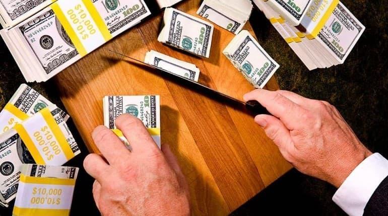 Режет доллары ножом
